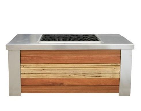 מטבח חוץ עם גריל מקצועי, ארונות אחסון בגימור משטח עליון נירוסטה וחיפוי עץ אגוז ואיפאה