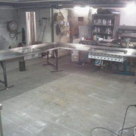 ייצור המשטח העליון עם פתחי הגריל, הציפסר והכיור מוכנים