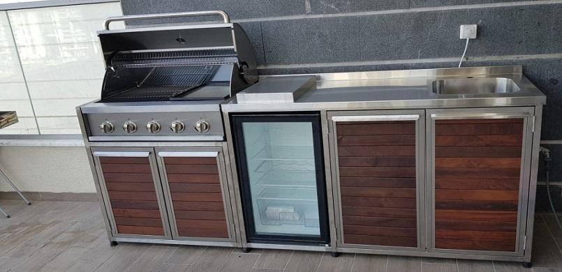 מטבח חוץ משולב גריל גז נירוסטה, מקרר, כיריים גז, כיור וארונות אחסון
