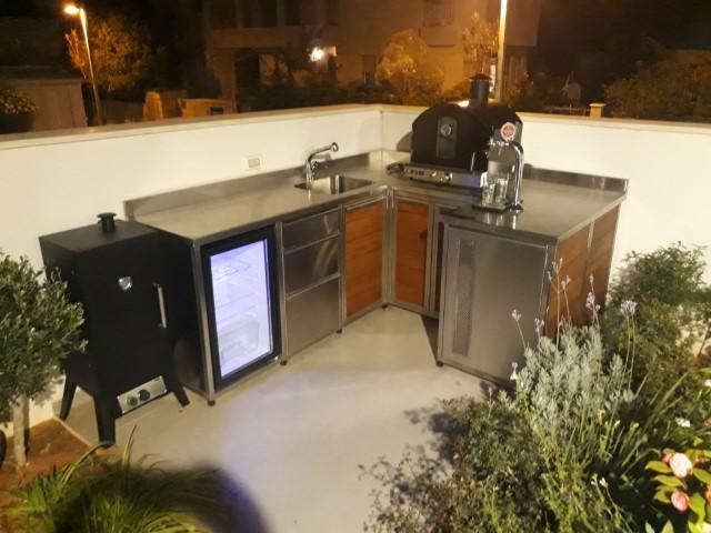 מטבח חוץ פינתי משולב מתקן מזיגה לבירה מעשנה, טאבון, מקרר ,מגירות וארונות אחסון